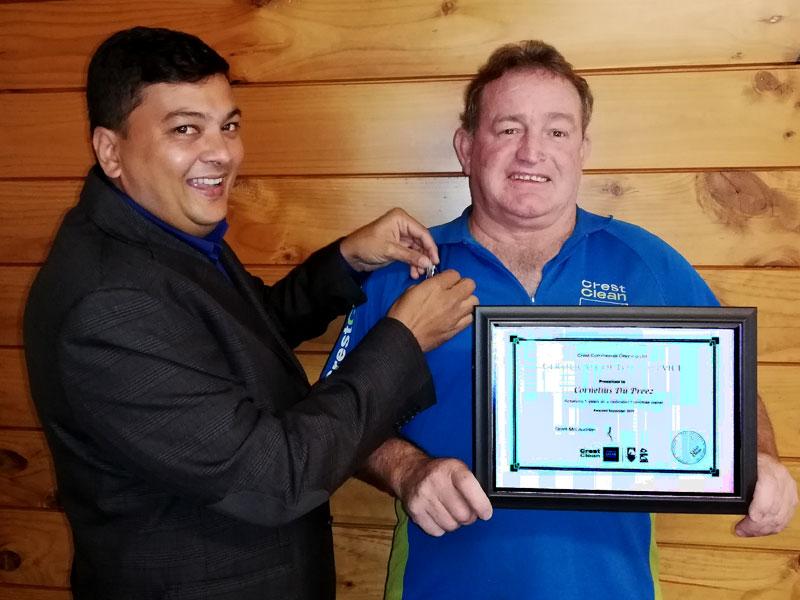 Cornelius Du Preez receives his long service award from Nivitesh Kumar.